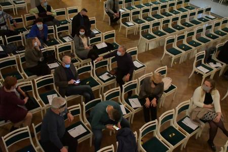 Ar grūtībām savācot minimālo kvorumu, izdodas novadīt pirmo Jēkabpils novadā apvienojamo pašvaldību deputātu kopsapulci (FOTO)