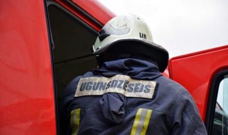 Kārtējo reizi dzēsts ugunsgrēks Jēkabpils Mežaparkā, bet Kalna pagastā degusi neapsaimniekota ēka